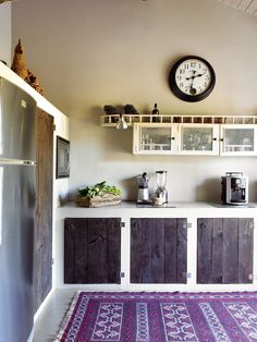 Check Out Rustic Kitchen Design Ideas. The rustic design by definition is bringing together country style furniture and modern kitchen decor. Rustic Kitchen Design, Wooden Kitchen, New Kitchen, Kitchen Decor, Kitchen Ideas, Narrow Kitchen, Kitchen Modern, Minimalist Kitchen, Kitchen Tips