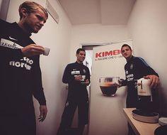 Il rito a Peschiera prevede un buon caffè @kimbo_it prima di ogni seduta a Peschiera. @juanitogomez_21 e #Helander andranno in campo con il resto del gruppo, per @rafamarquezmx fisioterapia e palestra. El Gran Capitan ha già iniziato l'iter riabilitativo dopo l'infortunio rimediato a Carpi. #HVFC