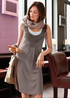 Jurk, Aniston. Houd je van een speelse romantiek-look? Dan is deze losjes vallende jurk met 2-in-1-effect en in tint bijpassend bloemetjesborduursel, MEER  http://www.pops-fashion.com/?p=10898