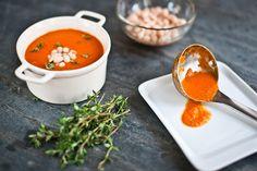Cibuli nakrájej nahrubo,mrkev očisti a rozděl na kolečka.Česnek oloupej a nakrájej na plátky.V hrnci rozehřej olej a osmahni na něm cibuli.Přidej mrkev,česnek,asi minutu prohřej a vlej rajčata s vodou.Přidej i polovinu přecezených fazolí z plechovky a snítku tymiánu.Povař 15 minut,tymián vyjmi a polévku rozmixuj.Až poté ji osol,opepři a nasyp do ní zbytek fazolí.Nech prohřát a podávej. Cooking, Recipes, Pork, Kitchen, Ripped Recipes, Brewing, Cuisine, Cooking Recipes