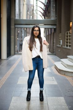 Look de inverno da blogger VANESSA LINO que está usando casaco de lã, calça jeans e bota preta de salto alto!