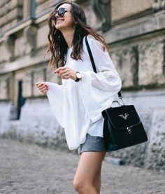 As mangas bufantes estão cada vez mais presente no estilo de rua. Nesse look, as mangas são protagonistas e deram o toque ousado ao look outrora básico de camisa branca e saia.