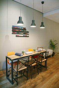 Mesa de uñas Nail Salon And Spa, Nail Salon Design, Nail Salon Decor, Beauty Salon Design, Diy Nail Polish Rack, Manicure Station, Nail Lab, Small Salon, Nail Room
