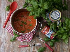 Yhteistyössä Mutti Meidän perheessä syödään paljon pastaa erilaisten tomaattikastikkeiden kera. Se mikä kastikkeita yhdistää on Mutti tomaattimurska. Se vaan on mielestäni ihan parasta. Tomaattimurska innokkuuteni huomattiin ja niinpä pääsin tekemään yhteistyötä Muttin kanssa. Kun vielä kastikevelho Henri Alèn pyysi apuani soosin teossa, ei tarvinnut miettiä vastausta. Henkan haaste ja ajatus oli, miten tehdä huippusuosittu Mutti-soosi...Read More Salsa, Mexican, Yummy Food, Ethnic Recipes, Delicious Food, Salsa Music, Mexicans