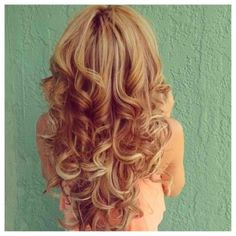 strawberry blonde curls with highlights