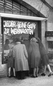 Westberlin 1949 Andrang vor Berliner Fleischerei
