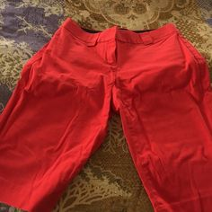 CAPRI RED PANTS FROM EXPRESS SIZE 💗2 Size 2 barely worn red Capri pants. 🌷 lovely fit. 🌷 very Hampton ❤️excellent condition. Ask for more details if needed👑no trades or pay pal or lowball offers Express Pants Capris