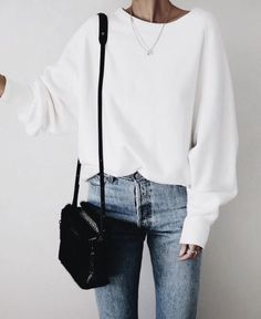 Casual outfit with crew neck white sweater and chic mom jeans. Great idea for inspired yet easy weekend outfit Mode Outfits, Fall Outfits, Casual Outfits, Fashion Outfits, Girly Outfits, Classy Outfits, Look Fashion, Autumn Fashion, 80s Fashion