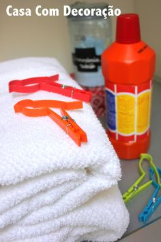 Dica para evitar mau cheiro nas roupas lavadas em dias úmidos Flylady, Laundry Hacks, Home Hacks, Perfume, Hot Sauce Bottles, Clean House, Interior Design Living Room, Housekeeping, Cleaning Hacks