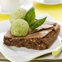 Brownie con sorbete de albahaca