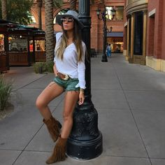 Look com shorts militar camisa branca e bota de franjas ... Adoro o chapéu e o estilo meio boho desse look ! Instagram: @decoresaltoalto