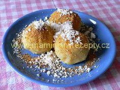 Jablkové knedlíky  Ingredience  1 kg strouhaných jablek, 260 g hrubé mouky strouhaný tvrdý tvaroh nebo perník, moučkový cukr, kousek másla  Postup  Nastrouhaná jablka posypeme moukou a vypracujeme těsto (nejlíp to jde rukama). Necháme 1-2 hodiny odpočinout. Pak vlhkýma rukama tvarujeme koule. Vaříme je ve vodě asi 5 minut. Hotové vyjmeme z vody a necháme okapat. Na talíři je posypeme moučkovým cukrem, tvrarohem nebo perníkem, případně obojím a polijeme rozpuštěným máslem. Když vynecháme cukr… Czech Recipes, Dumplings, Sweet Tooth, Food And Drink, Pudding, Bread, Health, Health Care, Custard Pudding