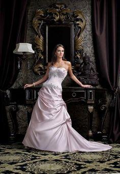 Hochzeitskleid Ashley - Brautkleid Impression Couture - Haute-Couture Hochzeitskleider in Genf - Das Hochzeitskleid «Ashley» ganz in Satin wurde von den Desginern des Modehauses Impression Couture entworfen und ist in den Farbgebungen weiss und rosa verfügbar...