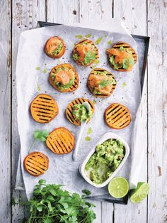 Sweet potato bruschetta with guacamole and smoked salmon - Sweet potato bruschetta with guacamole and smoked salmon – Libelle Lekker The ideal starter for a - Healthy Diners, Healthy Snacks, Healthy Eating, Healthy Recipes, Seafood Recipes, Appetizer Recipes, I Love Food, Good Food, Guacamole