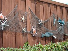 Awesome Fence Art Ideas for Your Awesome Fence Art Ideas . Awesome Fence Art Ideas for Your Awesome Fence Art Ideas for Your uw woonkamer met een eenvoudige zomer mantel. Backyard Beach, Backyard Fences, Garden Fencing, Beach Porch, Pool Fence, Ocean Themes, Beach Themes, Fish Net Decor, Deco Marine