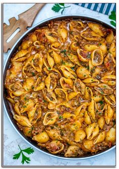 Creamy Beef and Shells is a hearty pasta dish that is perfect for a quick dinner for the whole family! It is rich, flavorful, and cheesy and even kids will love it! # pasta dishes Creamy Beef and Shells [Video] - Sweet and Savory Meals Pasta Dinners, Easy Pasta Meals, Think Food, Food Dishes, Food Platters, Main Dishes, Favorite Recipes, Recipes Dinner, Quick Meals For Dinner