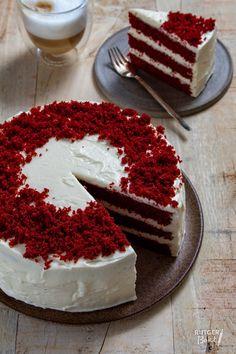 Baking red velvet cake – recipe – Pastry World Red Velvet Cake Decoration, Easy Red Velvet Cake, Red Velvet Cheesecake Cake, Red Cake, Pumpkin Cheesecake, Mini Cakes, Cupcake Cakes, Cupcake Recipes, Dessert Recipes