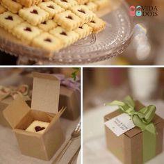 """""""Idéia mais que especial e gostosa para mimar seus convidados! Ameyyy o formato do biscoito e ainda mais a caixinha! ❤️ #mimo #lembrancinha #casamento…"""""""