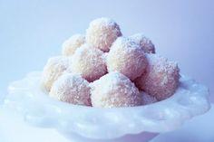 Χιονούλες με καρύδα - Συνταγές | γλυκές ιστορίες Coconut Snowballs, Greek Desserts, Greek Cooking, Cupcakes, Food Pictures, Sweet Recipes, Raspberry, Good Food, Sweets