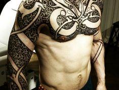 Idée tatouage rune viking symbole viking tatouage torse entier epaule tatouage cool