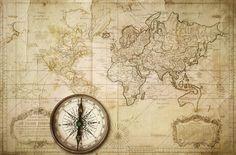 Mycket vacker världskarta, på gulnat papper med slitna kanter, fläckar och veck.