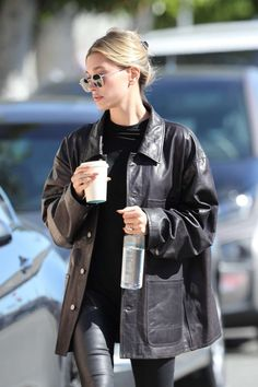 Hailey Baldwin Street Style in a Black Basic Tee Out And About in Los Angeles, Autumn Winter Winter Fashion Outfits, Fall Winter Outfits, Look Fashion, Autumn Winter Fashion, Womens Fashion, French Fashion, Estilo Hailey Baldwin, Hailey Baldwin Style, Black Tees