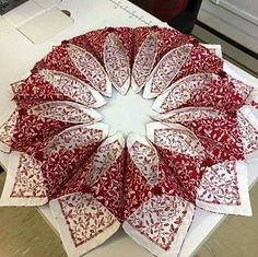 Resultado de imagen para fold n stitch wreath tutorial Christmas Sewing, Christmas Projects, Holiday Crafts, Quilting Projects, Quilting Designs, Sewing Projects, Quilting Ideas, Origami Candle, Fabric Crafts
