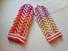 暖かいメリノウールと、グラデーションの糸を使ったミトンです。|ハンドメイド、手作り、手仕事品の通販・販売・購入ならCreema。