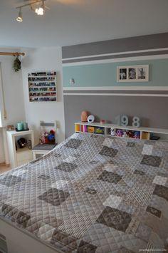 wohnzimmer mit einem kamin und doppelfarbiger wandgestaltung - 62 ... - Wandgestaltung Wohnzimmer Grau Streifen