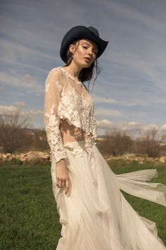 falda Biuse crop Emma. Vestido de novia dos piezas boho chic crop de encaje falda de tul con caída Boho Chic, White Dress, Dresses, Fashion, Cute Dresses, Wedding Dresses, Victorian Dresses, Two Pieces, Tulle