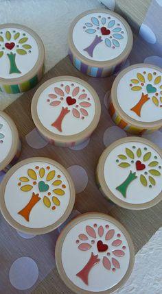 Una rassegna rappresentativa di creazioni artigianali e pezzi unici in ceramica, realizzati esclusivamente a mano. Kids Clay, Decoupage Vintage, Ceramic Clay, Stained Glass Art, Clay Art, Diy Painting, Christmas Tree Ornaments, Stencils, Decorative Plates