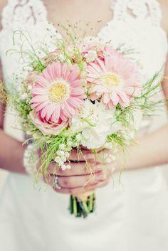 Brautstrauß für den Frühling aus rosa Gerbera, Rosen, Maiglöckchen und Grün