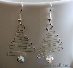 Quick Christmas Tree Earrings - 30 Minute Crafts (would make a cute pendant for a necklace too. Diy Christmas Earrings, Christmas Jewelry, Christmas Crafts, Wire Jewelry, Jewelry Crafts, Beaded Jewelry, Jewelery, Homemade Jewelry, Diy Jewelry Making
