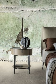 Round name, round look: the Round bedside table designed by Giuseppe Bavuso for Alivar. Luxury Furniture, Bedroom Furniture, Home Furniture, Furniture Design, Bedside Table Design, Night Table, Small Tables, Luxury Living, House Design