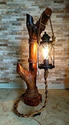 Abajur rústico feito com tronco, luminária de jardim e corda de sisal. (Meu Pr… Rustic lamp made with trunk, garden lamp and sisal rope. (My first solo work in wood) Rustic Lamps, Rustic Lighting, Rustic Decor, Driftwood Lamp, Driftwood Crafts, Log Furniture, Apartment Furniture, Wooden Lamp, Wood Art