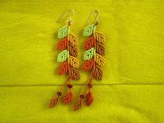 Macrame earrings autumn leaves por TheCraftyMargie en Etsy
