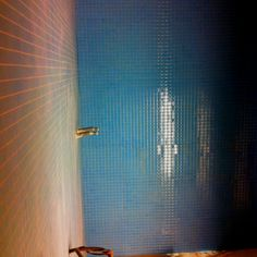 """Nu ser man hur de två """"mosaikerna"""" i blått funkar ihop i Einars och Svantes dusch.."""