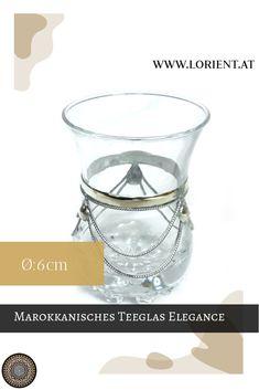 Das marokkanische Teeglas elegance wurde in Marrakesch mit Metallverzierungen dekoriert. Es ist der Klassiker der orientalischen Teekultur. #marokko #design #fes #marrakesch #handgemacht #teeglas L Orient, Fes, Shot Glass, Elegant, Tableware, Design, Marrakech, Morocco, Dishes