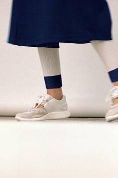 「HYKE」とadidas Originals、お互いの個性を重ねたコラボレートコレクションが登場。 adidas Originals ルックブックで、最新のストリートコレクションをチェックしよう。