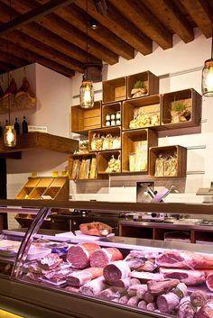 Необычный дизайн магазина продуктов El Bocon в деревенском стиле