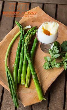 "Ou de rata cu sos hollandaise ""instant"". Calamari, 30 Minute Meals, Asparagus, Curry, Vegetables, Salads, Studs, Curries, Vegetable Recipes"