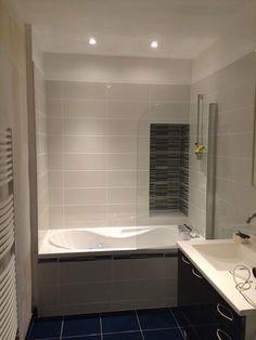double vasque, grand miroir, mur de bois et porte coulissante sur ... - Platre Salle De Bain
