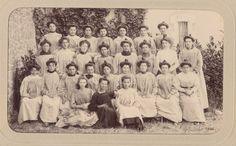 ette photo a été prise en 1900 à l'usine Ahrendeldt à Limoges. Ces femmes étaient des décoratrices sur porcelaine, reconnaissables à leurs chignons serrés et leurs blouses amples. En bas à droite, Jeanne, fille d'un père batteur de pâte et d'une mère brunisseusse, déjà prédestinée à la porcelaine ! En 1907, elle épouse Alfred Weber, l'un des employés suisses de passage chez Ahrenfeldt. Ils partiront, vraisemblablement, en Amérique du Nord en 1911.