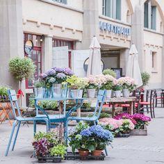 Atmosphère printanière devant le marché couvert style art nouveau de Stuttgart. Allemagne