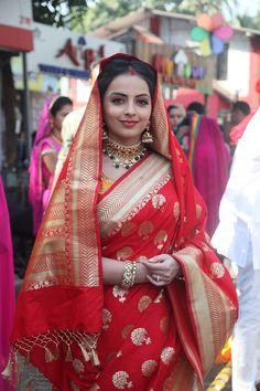 Shrenu Parikh in Ek Bhram - Sarvagun Sampanna Indian Bridal Outfits, Indian Bridal Fashion, Indian Designer Outfits, Shrenu Parikh, Wedding Saree Collection, Bengali Bride, Saree Trends, Saree Models, Stylish Sarees