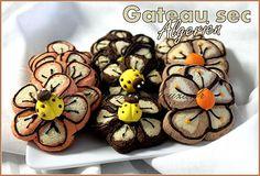 Petit four algerien, petit gateau sec en forme de fleur à la farine décoré avec du chocolat noir fondu pour un résultat très réaliste. pas besoin de moule pour