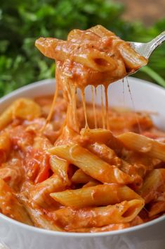 Cheesy Chicken Parmesan Soup One of your favorite Italian dishes turned into a delicious soup! This Cheesy Chicken Parmesan Soup is a creamy tomato-base soup filled with chicken, penne pasta, and of c Easy Pasta Recipes, Healthy Dinner Recipes, Cooking Recipes, All Food Recipes, Meatless Recipes, Soup Recipes, Think Food, I Love Food, Penne Pasta