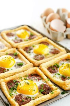 Small, delicious and simple chorizo ​​egg tarts .- Petites tartes oeufs chorizo toutes simples et délicieuses en entrées Small Chorizo ​​Egg Pies Easy Healthy Recipes, Healthy Snacks, Easy Meals, Chorizo And Eggs, Breakfast Smoothie Recipes, Quiches, Omelettes, Mets, Food Porn