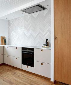 Højskab i finér, underskabe i linoleum Ikea Hacks, Double Vanity, Bathroom, Kitchen, Retro, Log Projects, Lily, Washroom, Cooking