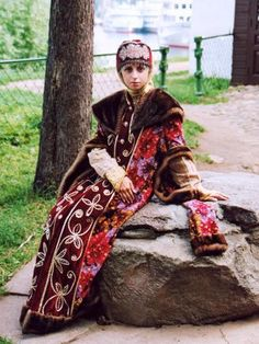 16th century boyarynia from Углич: kokoshik with pearl podniza, veil, sleeves are rom rubakha or shubka, topped with opashen with fur trim and embroidery, fur collar.